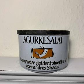 Hej! Jeg sælger denne Knabstrup krydderikrukke, hvor der står agurkesalat på. Krukken er 8 cm høj, med låg, og har en længde på 12,5 cm. Den er i fin stand, med dog nogle få brugsspor. Jeg sælger den til 125 kr. Hvis du har nogle spørgsmål til krukken så spørg løs.  Tjek gerne mine andre annoncer ud for en masse billige ting!
