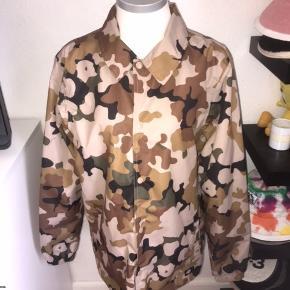 Beige sandfarvet camouflage jakke fra Dickies i størrelse medium, kan strammes ind forneden. Nærmest ikke brugt. Ved køb af flere ting kan der opnås mængderabat