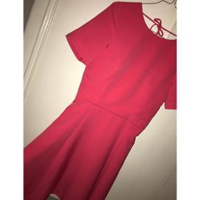 Super fin kjole i pink med dyb ryg