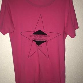 Sælger min lyserøde Saint Laurent, da jeg ikke får den brugt nok. Blusen er str. Small men fitter 170+-  Skriv pb for flere billeder  Nyprisen var 1600kr