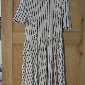 Lækker elastisk kjole.  Jeg har brugt den en del i en periode, men den er stadig fin.  Lille i størrelsen.