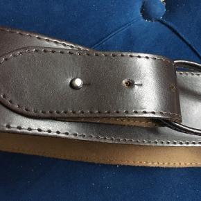 Superflot helt ny læderbælte i mørkebrun farve. Str. 2.