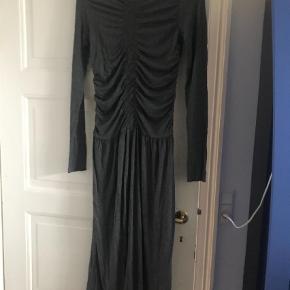 Varetype: Midi Farve: Mørkegrå Prisen angivet er inklusiv forsendelse.  Fin kjole med rynkeeffekt. Aldrig brugt.
