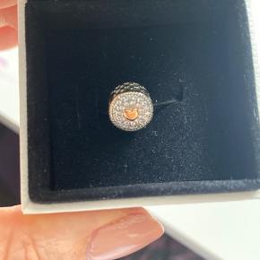 Charm til Pandora armbånd - sølv med guld hjerte. Helt nyt og ikke brugt - fejlkøb