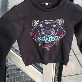 Mega fin sort Sweatshirt fra Kenzo, i Str 140 men er dog ret lille i størrelsen. Næsten som ny og i rigtig god stand.  Np: 700kr          Mp: 200