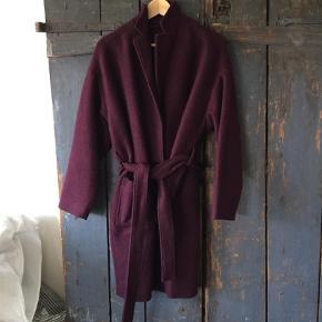 Varetype: Frakke Farve: Blomme  Lækker blommefarvet frakke 450,- plus porto
