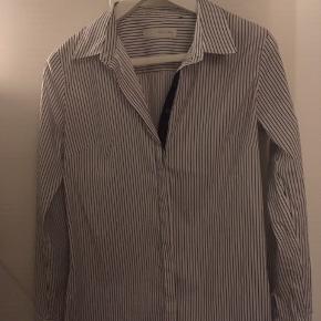 Piezak - Klassisk skjorte i stribet hvid / sort. Oprindelig pris 798,-