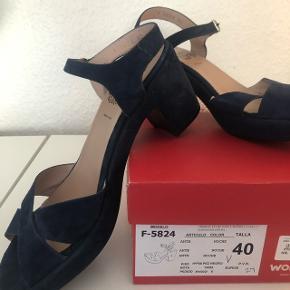 Smuk mørkeblå sko. Nypris 999 kr.
