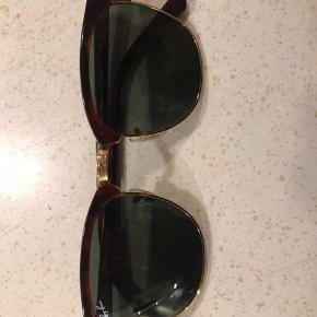 Jeg sælger mine Ray-Ban clubmaster, fordi jeg desværre ikke får dem brugt. Brillerne fejler ikke noget, og der er ingen ridser. Stangen er brun, og glasset er sort. Etuiet er blevet trykket lidt, så der er kommet en lille revne under lukningen. Den er egentlig ubetydelig, men se billedet. Byd. :)