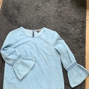 Super lækker bluse / top, desværre købt for lille Er lyseblå denim