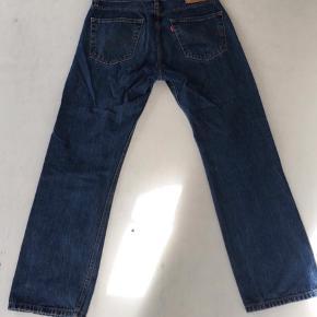 Levi's Jeans Str. 33x30 300,- Næsten ikke brugt, købt i Alaska, USA Skriv endelig for mere info eller flere billeder:-)