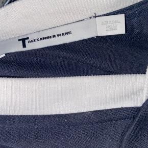 Alexander Wang T-shirt, Næsten som ny. Randers - Str xs Ny pris 700kr Byd. Alexander Wang T-shirt, Randers. Næsten som ny, Brugt og vasket et par gange men uden mærker eller skader