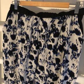 Mønstret bukser i blå/sort/beige.