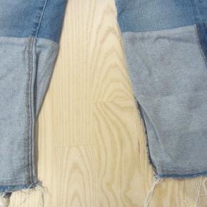 Super flotte bukser i lidt slidt look. De stumper lidt (indvendige benlængde er ca. 63,5 cm.). Dejlig elastisk kvalitet i 99% bomuld & 1% elastane. De har kun været brugt ganske lidt, så ser ud som nye.  Porto: 38 kr. sendt som pakke uden omdeling med DAO.  Jeg har tøj til både baby, piger, drenge, kvinder og mænd i stort set alle størrelser. Send mig blot din mailadresse, og skriv hvilke størrelser du søger. Så sender jeg en mail retur med billeder/beskrivelser/priser.