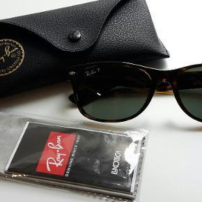 Købspris 1299 kr Rayban solbriller model RB 2132 New Wayfarer. Brune turtoise brown med polariserede glas. Glas er sort grønne.  De er ikke brugt men prøvet på. Jeg har  det samme par i sorte som er brugt. Også sat til salg