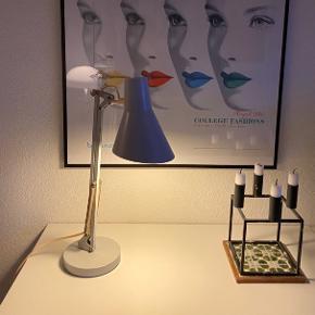 Super flot retro arkitektlampe i fed lys gråblå farve. Skærmen asymetrisk lignende Arne Jacobsen.