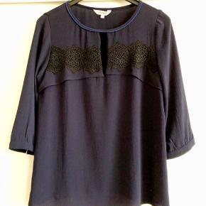 """Sød bluse i Marineblå med sort blonde over bryst. Fra franske"""" jus de Orange"""" 3/4 ærmer. Strygefri og let at vaske på 40."""