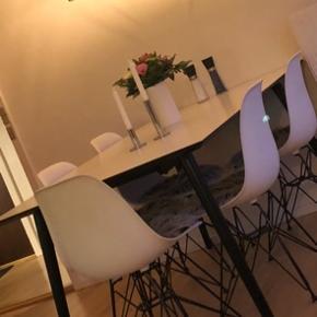 Super flot spisebord, sælges grundet flytning. Kvittering haves. Stolene (Eam 2. Sortering 6 stk. kan sælges med for et mindre beløb). Prisen er til forhandling.   Kan hentes i Thy, Holstebro og Silkeborg. Kan også fragtes længere, mod lidt betaling.