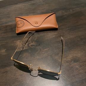 Aldrig brugte Ray-Ban solbriller i modellen round metal, grøn.  Etui og pudseklud følger med.