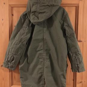 Varetype: Forårs Jakke - lærred Farve: Armygrøn  Lærredsjakke med flotte detaljer.   Kan sendes med DAO for 37 kr, men du er også velkommen til at hente selv😊