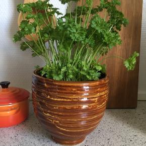 Retro og flot urtepotteskjuler. Står som ny. Nærmest ubrugt. Flot glasur :-)  12 cm høj cirka.
