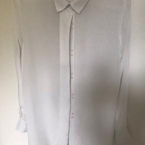 Fin skjorte i 100% viskose. Skjulte knapper, løstsiddende lidt gennemsigtig - meget fin skjorte.