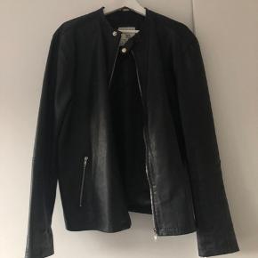Sælger denne læderjakke for min kæreste, da han ikke får den brugt. Vil skyde på den har været brugt omkring fem gange, så den er næsten som ny.   Mærke: Jack & Jones Premium  Str.: XL  Farve: Sort  Nypris: 1200 kr.
