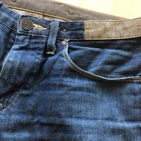 Fede jeans-shorts (hjemmeklippet) fra Levi's Blue Label. Fejler intet, men er blevet for små desværre.   Str. 30.  Fra røg-/dyre-/Coronafrit hjem, hvor vi passer på tingene.