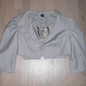 Varetype: Bolero Farve: Lysebrun  Flot og lækker bolero jakke sælges. Er kun blevet brugt få gange. Den er lysebrun i farven. Sendes med GLS.