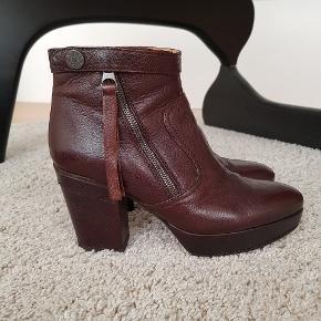 Fede Track støvler. Lidt mørkere i farven end billederne viser. Brugt en del, men stadig pæne. Bud fra 600 kr.