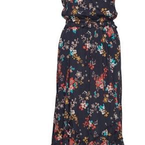 Helt ny kjole og er lige kommet i butikkerne nypris 2099,- mp 1500