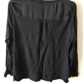 Varetype: Bluse Farve: Blå   Skøn bluse, dejlig blød, ser krøllet ud på billedet retter sig ud efter 10 min på Farven er mørkeblå, og den er ikke falmet