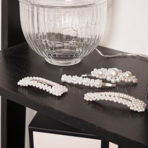 Smukke perlehårspænder i sølv, som kun er blevet prøvet på.  40 kr./stk. ELLER det første for 40 kr. og de efterfølgende til kun 30 kr./stk.