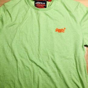 Rigtig pæn skjorte/bluse med krave, i str m, sælges.  Den er i en flot blåmeleret farve og står generelt meget pæn. Kun brugt en gang til en konfirmation. Uden pletter eller slid.  En ung mand iklædt denne skjorte/bluse, vil så være pæn påklædt. Har også masser af sweater og strik i str m/L. Spørg bare hvis ikke du kan finde det herinde.