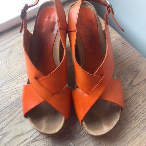 Lækker sandal i den flotteste orange farve . Bytter ikke . Mp 350 via mobilpay .