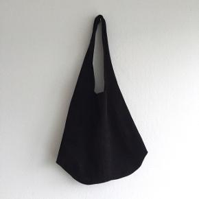 Skøn taske i 100% blød ruskind fra Marokko. Sidder så pænt over skulderen. Har en snor indeni, hvis man vil spænde en clutch fast til den.