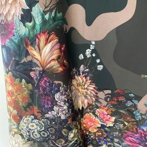 Fineste lange nederdel med smukkeblomster og camouflage - så smuk... brugt 2 gange.   Mindstepris kr. 900,- pp.