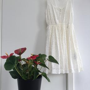 Hvid blondekjole fra Tommy Hilfiger. Str. S. Mørkeblåt bånd til livet medfølger.