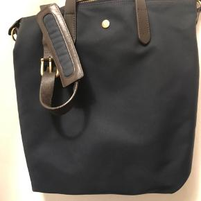 Jeg sælger denne super fine tote  Unisex taske fra mismo.  Kun brugt få gange.