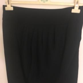 Varetype: Midi Farve: Sort Oprindelig købspris: 1200 kr.  Som ny rigtig flot nederdel som kun sælges da den er købt for lille.