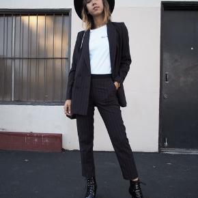 Smukt stribet jakkesæt fra H&M.  Blazeren er brugt en del og er str. 34  Bukserne er brugt få gange - str. 36.  Bytter ikke :-)  Sælges også seperat!
