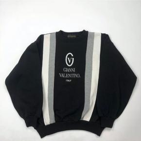Sjælden vintage valentino sweatshirt i medium, fitter småt  Kan bruges af begge køn, tjek min side for flere lignende varer lignende :-)