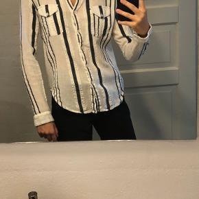 Sælger denne Ganni skjorte i str. M.  Den er lille i str. og svarer til en small