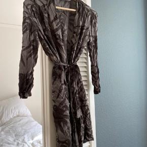 Godt brugt, noen brugs mærker. Selges derfor billigt. Kjole eller skjorte! #sundaysellout
