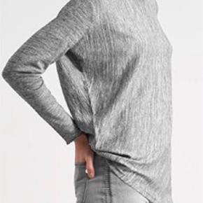 Varetype: Bluse Farve: Grå Oprindelig købspris: 699 kr.  Gråmeleret strik som er asymetrisk i den ene side. Lækker og blød.