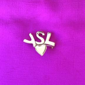 Yves Saint Laurent  Logo broche fra år ca.1980,guldbelagt.Made in France er indgraveret på bagsiden.3,5x3 cm