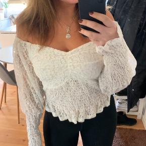 Smuk blonde top/bluse fra Envii  Størrelse S med stræk