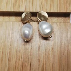 Håndlavet øreringe,  925S med ferskvandsperler, perlerne er helt naturlige  Smykkeæske medfølger + 31.95DKK med DAO via Trendsales