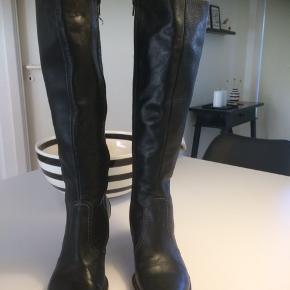 Flotte billi bi støvler i sort... Kun brugt en gang!... Støvlen er med ekstra vidde i skaftet og er str 38. Købs pris 1699kr (se støvle ) Sælges billigt kun 450kr  Forsendelse Dao 44kr