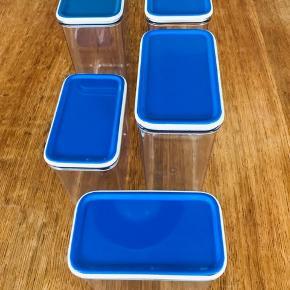 Blå blå sommer🦋 Dejlige praktiske opbevaringsbøtter fra Rosti Mepal fra firserne Klar plast med blå låg Mål: De store: H: 18 cm B: 13 cm D: 7,5 cm De små: H: 12 cm B: 13 cm D: 7,5 cm Super flot stand uden slitage Pris: De store: 30kr pr stk De små: 20kr pr stk